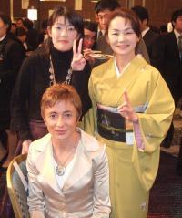 リディア・シモンさんと小林玲子さん、着物姿の山田美由紀さん