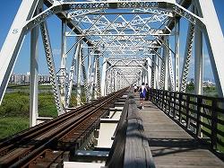 左が線路、右が木造の仮橋