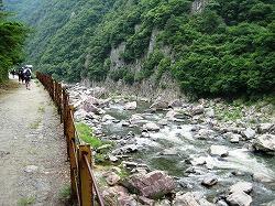 廃線脇を流れる荒々しい武庫川