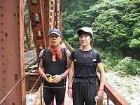 鉄橋の上で須田さん(左)と坂本さん