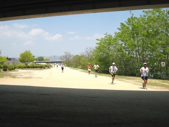 北の阪急高架下付近